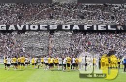 Torcida do Corinthians faz mosaico em formato de apito para homenagear árbitros campeões